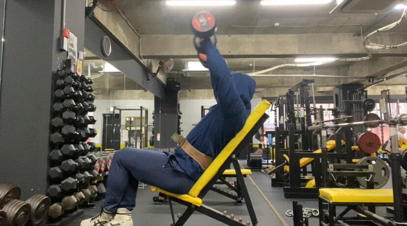 【早大生ボディビルダーが解説】三角筋前部を鍛えるフロントレイズの重量選択とフォーム