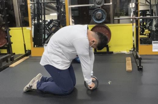 腹筋ローラーの使い方│正しいフォーム、回数と頻度、効果を高めるやり方